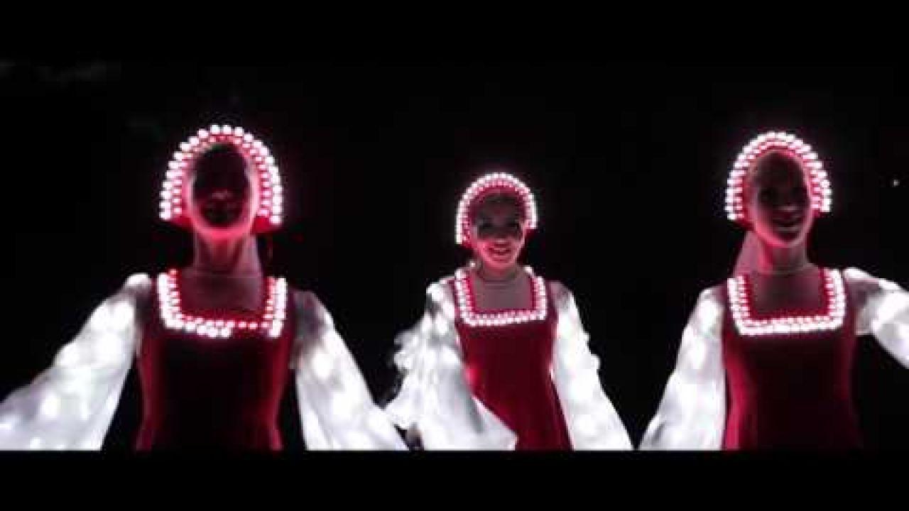 Русский народный танец девушек в светящихся платьях